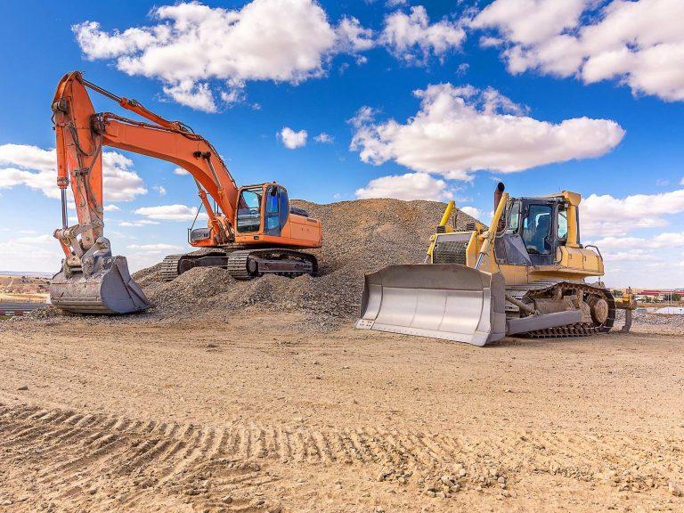 Când alegem un buldoexcavator sau un miniexcavator?